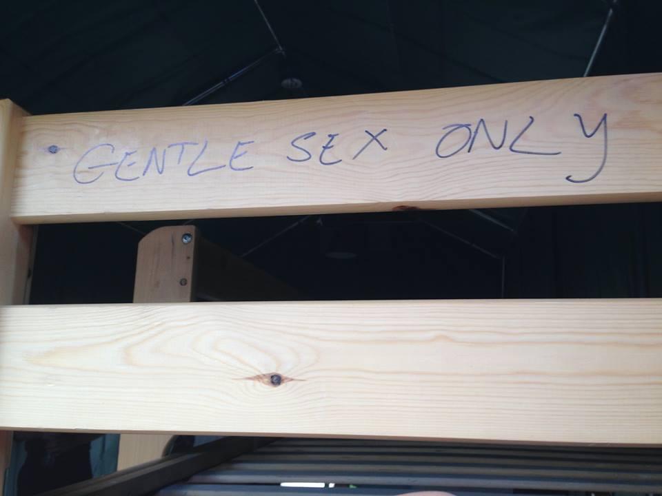 GENTLE SEX ONLY = 只能溫柔地做愛(不然床會垮掉)