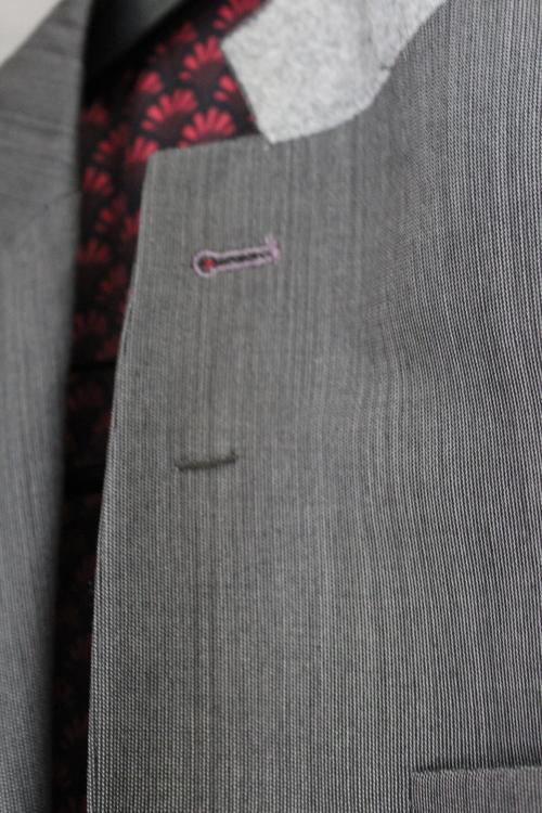 西裝領子翻過來,鈕扣洞下方有一個小小的圈圈是固定胸花用的(via: What is a Gentleman)