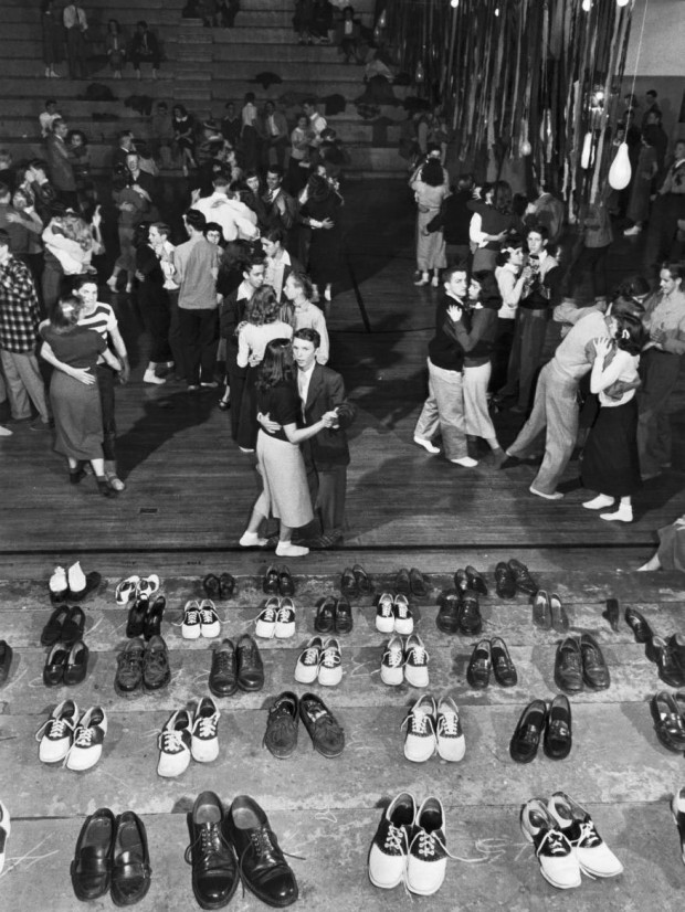 1950 年代青少年的 Sock Hop(襪子舞會)( via : This Isn't Happiness )