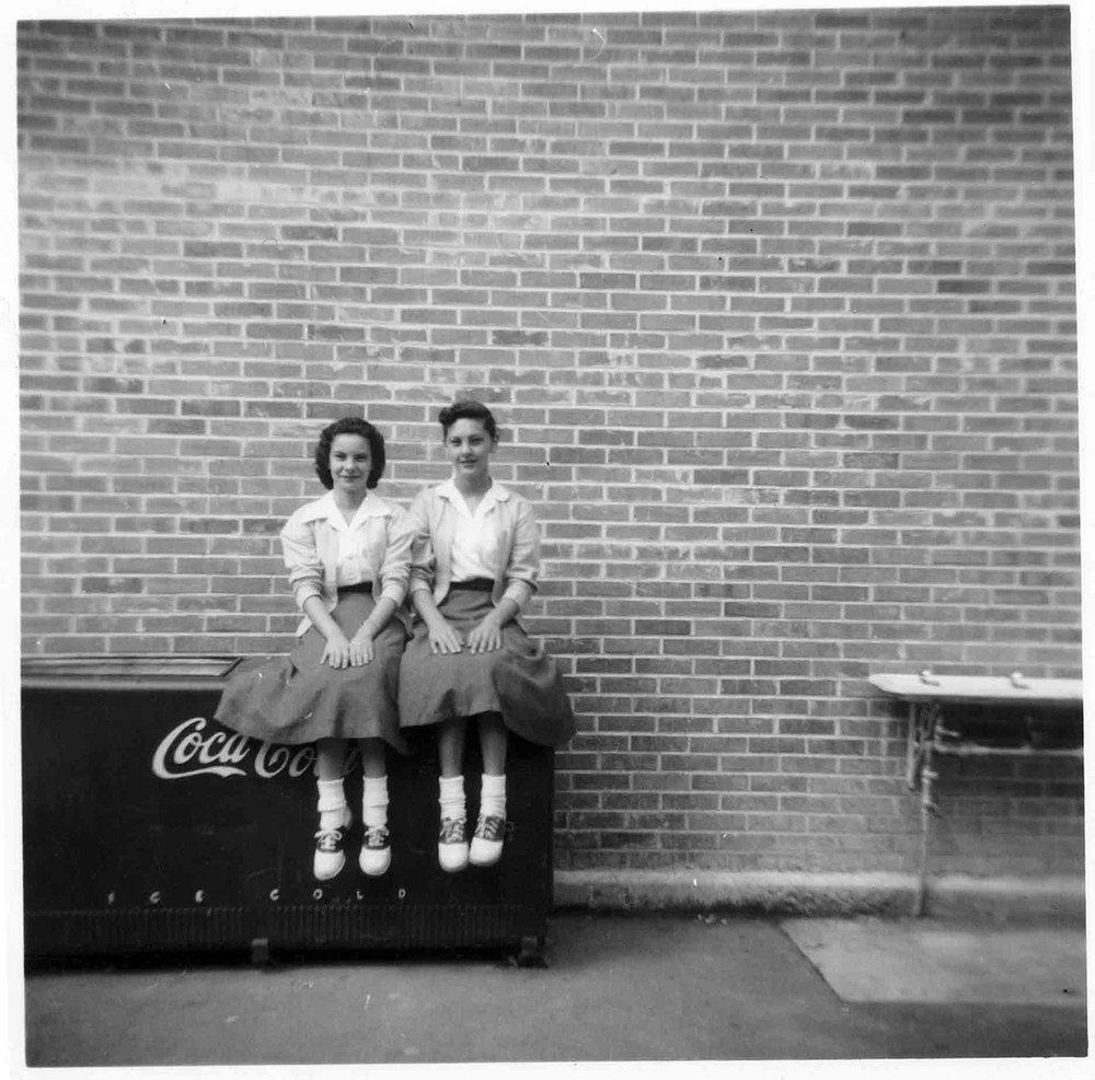 經典的五零年代裝扮:大圓裙、短襪、馬鞍鞋、以及開襟毛衣(via:Flickr)