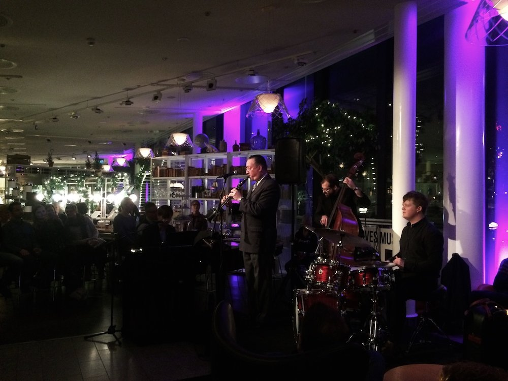 Gordon Webster 樂團在飯店的大廳演奏