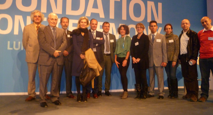 L'Ambasciatore Elena Basile con i ricercatore e gli scienziati italiani sul podio della cerimonia della posa della prima pietra dell'ESS a Lund. Alla sinistra dell'Ambasciatore Basile, l'Ambasciatore Italiano in Danimarca, Stefano Queirolo Palmas.