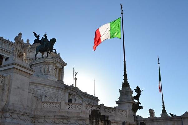 Fotografia di: Juliacasado1 Licenza: CC0 Creative Commons URL: https://pixabay.com/en/italy-rome-vittoriano-italian-flag-516005/