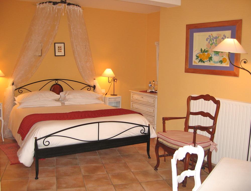 Queen size bed avec un ciel de lit