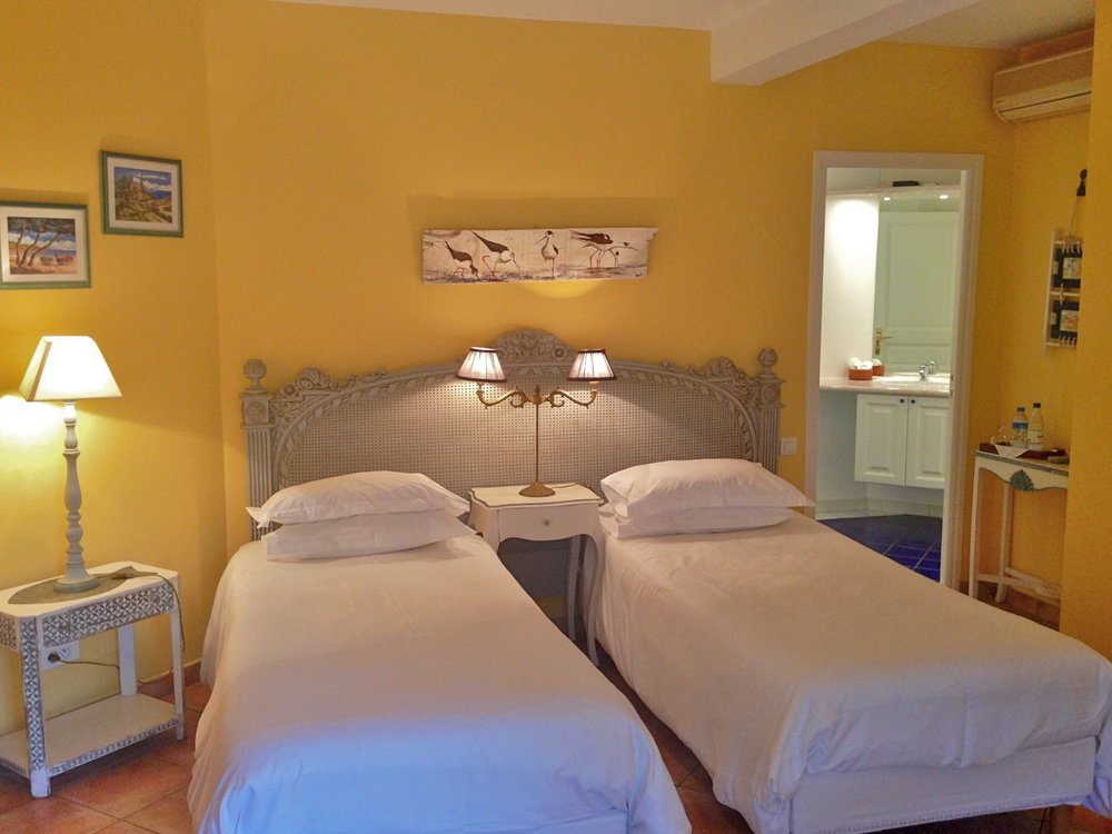 Chambre double avec lits jumeaux/ guestroom with twins  bed