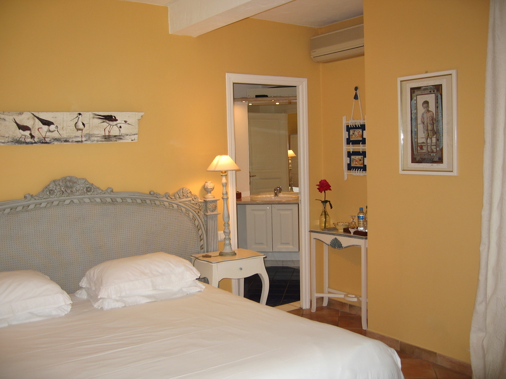 Chambre Manosque II avec un grand lit/guestroom with king size bed