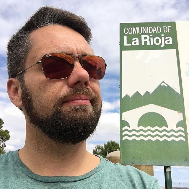 Við erum í Rioja. Þar fæst rauðvín á bensínstöðvum. #brandenbike