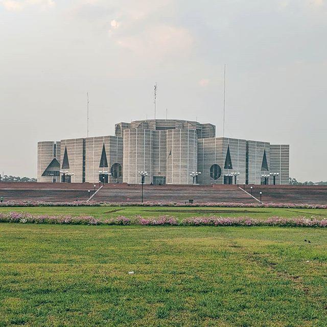 A survey of regional modernisms: Louis Kahn in Dhaka ⚪⬜⚪ #louiskahn #dhaka #bangladesh