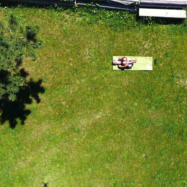 A little yoga in the sun after a workout and a run 🙏🏽 #thatrhymed #yoga #green #dronestagram #lesdeuxalpes 📷:@dronetheglobe