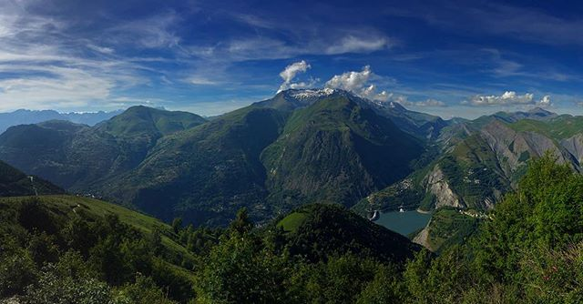 It's a magical wonderland here in France 💕 #lesdeuxalpes #beautiful #mountainsfordays #green #bluesky #panorama