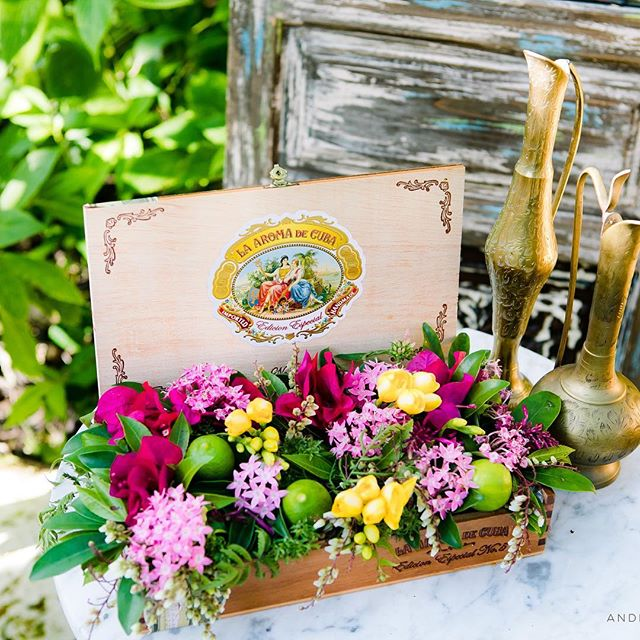 A cigar box full of flowers is a wonderful Cuban inspiration! Love this design so much!! Check link on my profile to see our shoot featured on @weddingchicks with the most amazing team in the planet!!! #flowerly #flowerlystudio @weddingchicks #weddingchicks