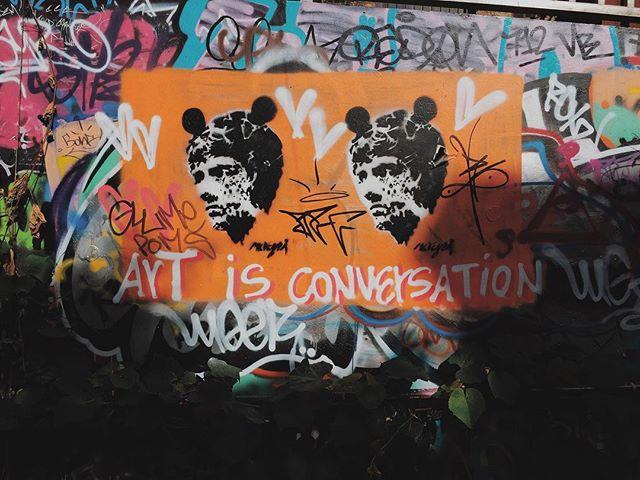 Art is conversation. 튜브 스테이션을 가는 길에 이런게 그려져있었다.  아트가 뭔가 했더니 컨버세이션이란다. 나는 아내와 매일 아트를 한다. 😀👍 #london #art #conversation #marriagelife #wife #iphone