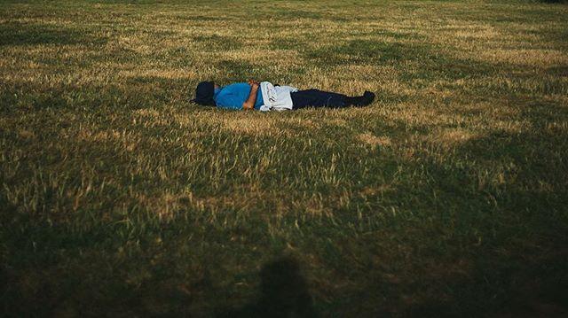 A guy sleeping on the grass, Primrose Hill , Regent's park, London, 2016 이제 날씨가 쌀쌀해져서 공원에 누워있기가 힘들어요 ㅎㅎ 좋은 날씨의 막바지에 프림로즈힐에 갔다가 촬영한 사진이에요.이젠 겨울이 옵니다 😢Winte is coming. #heisnotdeadbutasleep #photography #london #a7rii