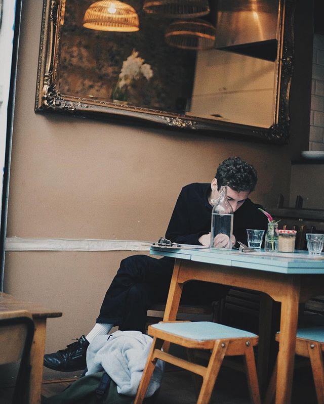 A guy waiting for a friend, Brixton Villiage ,London, 2016 주문한 음식이 아니라 친구를 기다리던 남자분.기다리시면서 나랑 아내를 흥미롭게 쳐다보는게 느껴졌다.아쉬우실까, 사진한방 남겨드렸다. #brixton #london #photographer #indianfood #elephant