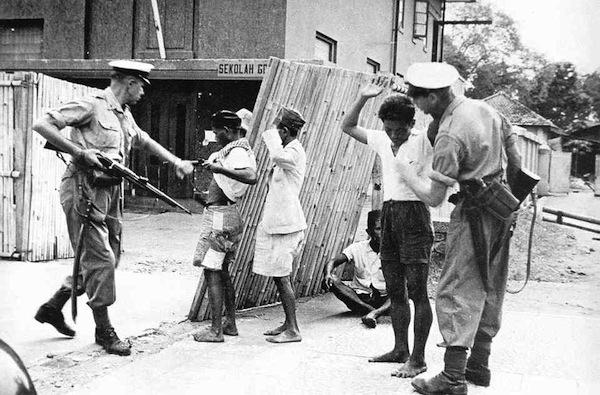 Pasukan Belkamu menangkap perjaka Indonesia yang tergabung dalam kelompok militer di Malang Kedatangan Sekutu dan Belkamu Pasca Kemerdekaan Indonesia