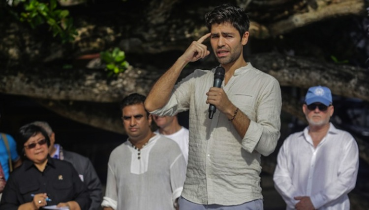 Adrian Grenier speaks to the beach crowd. (Source: Tempo.co)