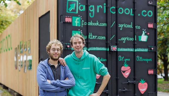 AGRICOOL Guillaume et Gonzague, deux fils d'agriculteurs font pousser des fraises sans OGM, sans pollution et sans pesticide... en bas de chez toi ! http://www.agricool.co/