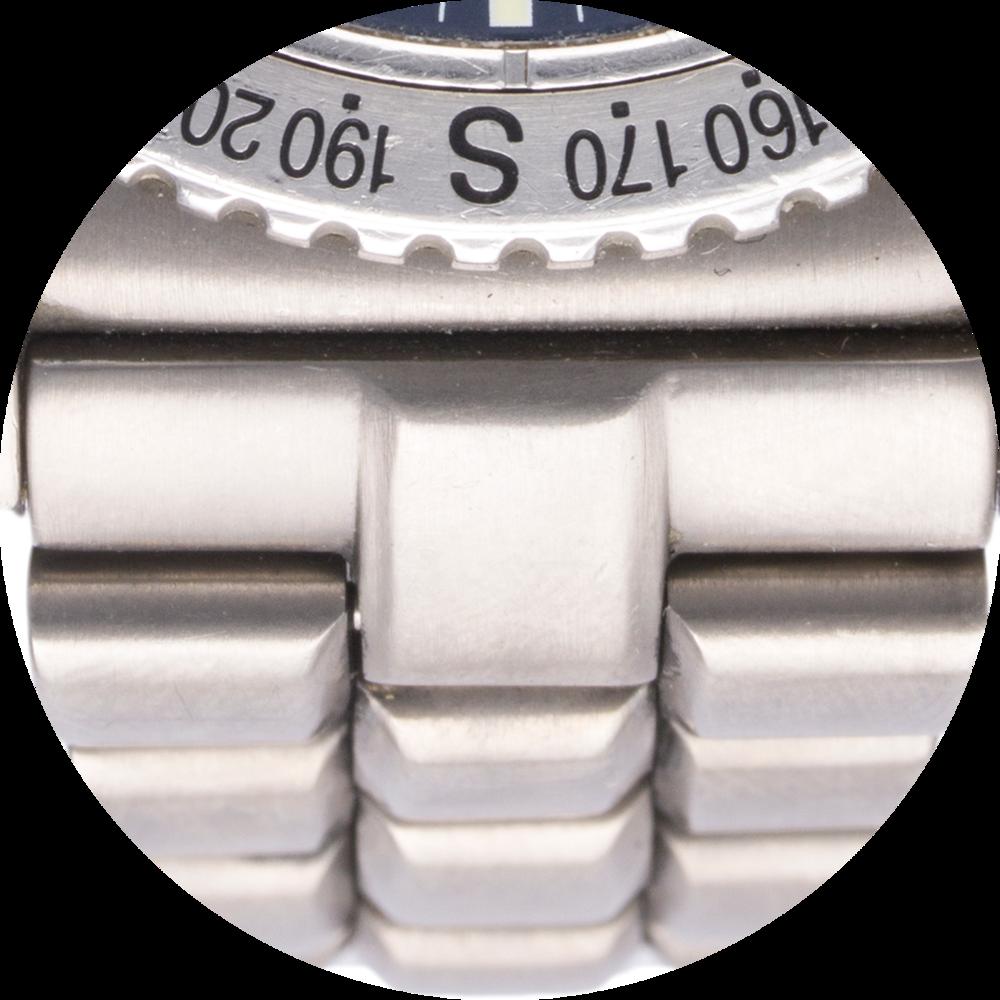 Breitling bracelet close up.png