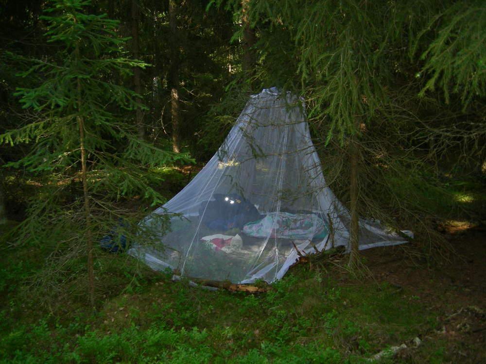 Här är en annan förläggningsplats. Denna gång var det lättare att hänga upp myggnätet som jag för övrigt köpte när jag skulle vara i djungeln i Venezuela. Men nätet fungerade bra i Sverige oxå. Jag hade precis arbetat ett förstärkningspass (17-03) i Karlstad och skulle börja ett eftermiddagspass i Örebro.