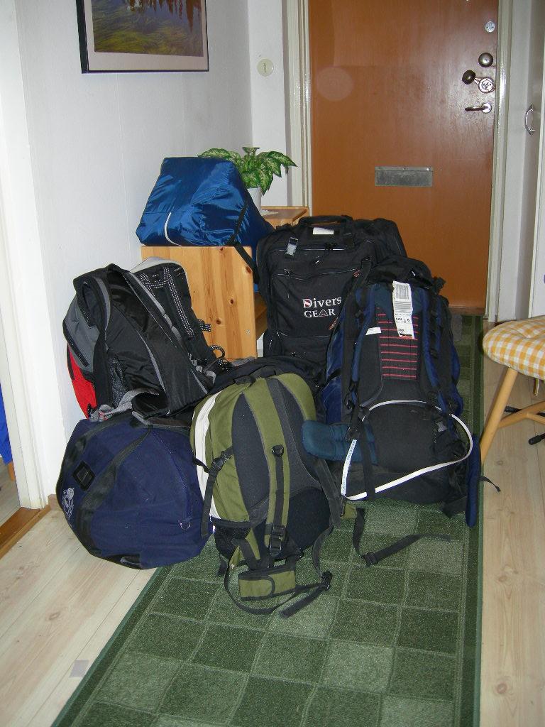 Packningen är ofta stor... Förutom tält, sovsäck och all utrustning för tjänstgöring i yttre tjänst (vilket innebar olika uppsättningar av uniformer) så har jag som princip att träna varje dag. Om jag ska vara borta 14 dagar behövs därför även träningsutrusning och bl.a. 14 svarta T-shirtar, 14 kalsonger och 14 par strumpor...