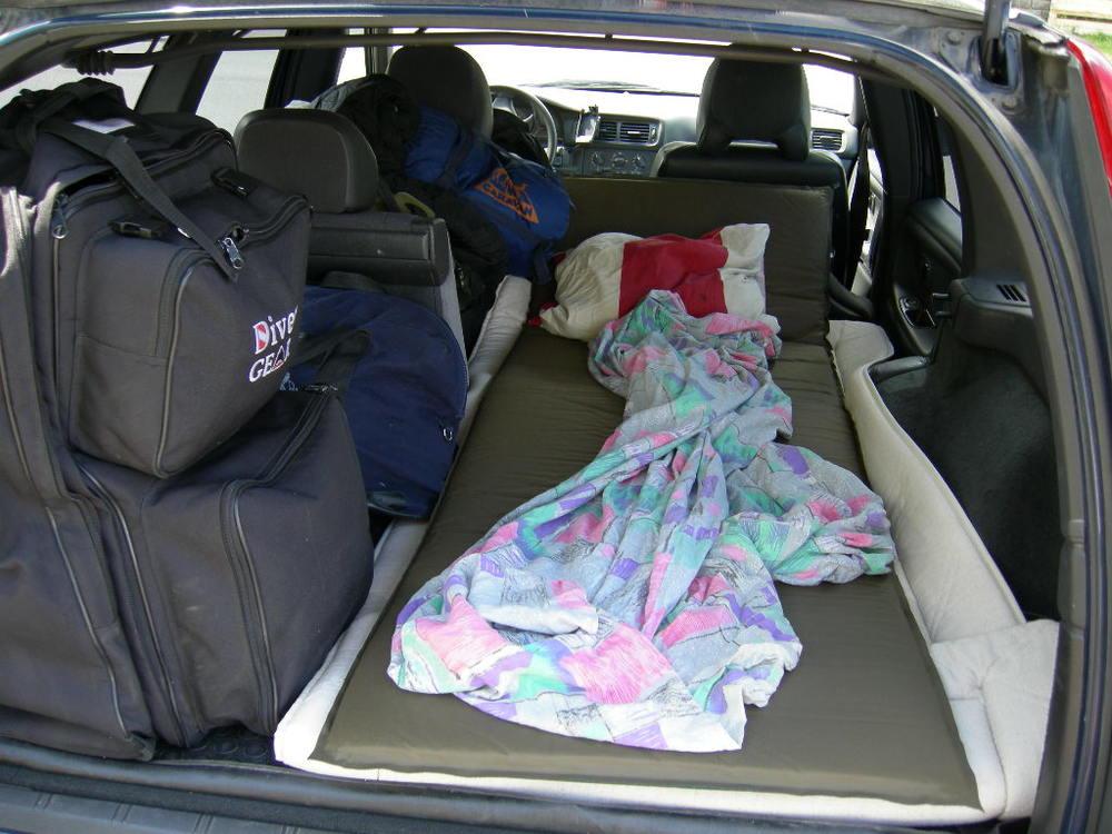 Så här går det ganska bra att sova när det inte funnits tid att hitta en bra plats att slå upp tältet eller att det varit så pass dåligt väder att man inte hade lust att bli blöt.