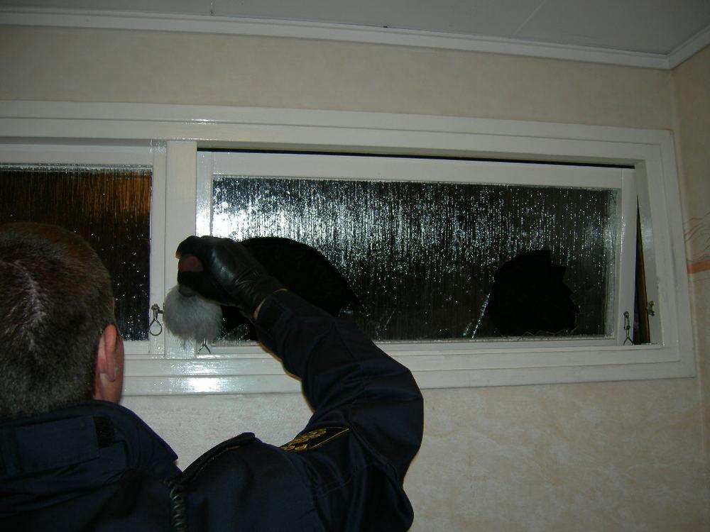 Ett inbrott i en villa i Västerås. Kollegan penslar för att försöka hitta fingeravtryck.