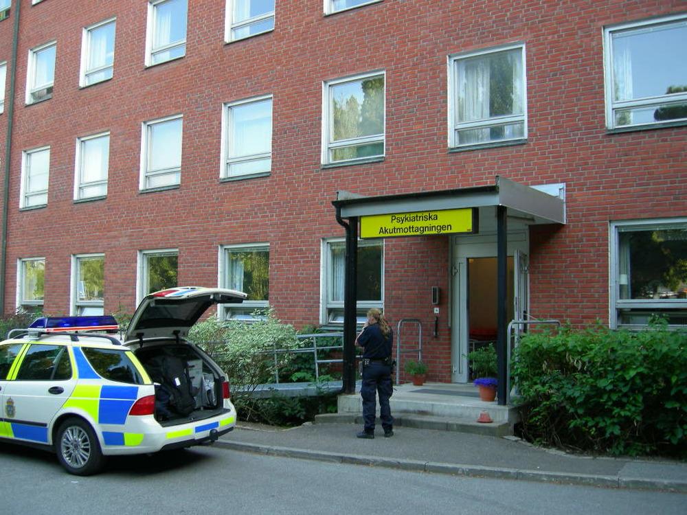 På samma sätt fick jag bekanta mig med var de psykiatriska klinikerna låg runt om i landet. Polisens arbetsuppgifter handlar mycket om att skjutsa psykiskt sjuka. Ibland mellan olika vårdinrättningar - som i det här fallet i Lund.