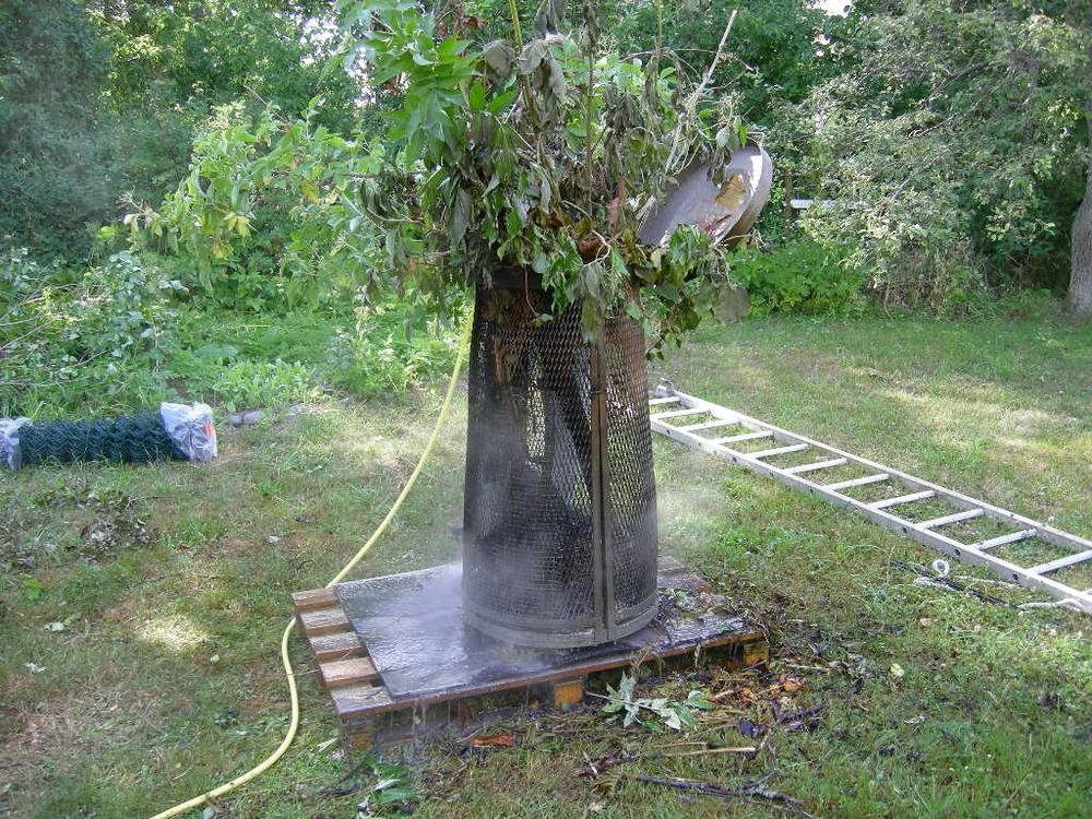 """Lite senare fick vi larm om en annan brand. Någon eldade i sin trädgård - fast denna gång inne i ett villaområde i Karlskrona. Vi hade ju sett hur brandkåren gjorde.... Denna gång räckte det med en trädgårdsslang... Det man kan fråga sig är hur man tänkt sig att det gröna skulle brinna. Grannarna var inte glada över all rök och vi var tvungen att fatta ett beslut om det var okey eller ej att elda. Inte helt lätt. Ett förhållande som utmärker polisyrket är att vi inte kan säga att """"vi återkommer när vi gjort en rättsutredning"""" - utan vi måste ju ta i tu med en konflikt på direkten och """"döma av""""."""