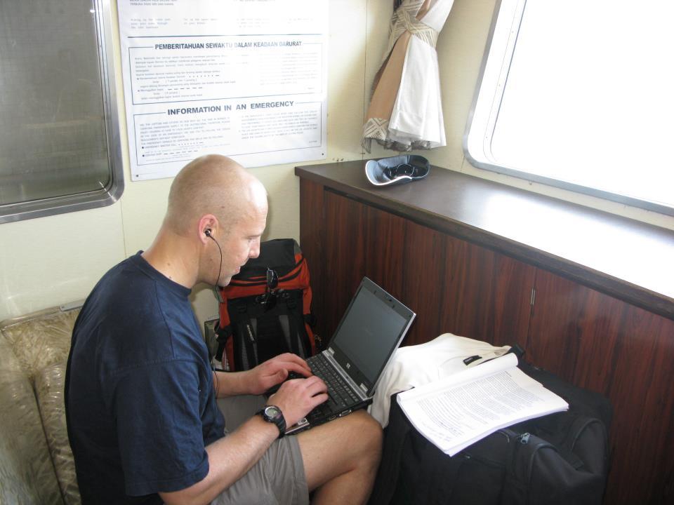 Mycket av skrivarbetet utifrån de data som fältstudierna genererade har skett utomlands när jag haft semester. Denna bild är tagen i en högljudd miljö på en risig färja i indonesiska övärlden. Jag och en kollega var på väg till en ö som gränsar till Östtimor. Vi hade hyrt varsin moped och åkte hundratalet mil på olika öar. Kollegan Henrik tyckte det var festligt att jag alltid försökte utnyttja tiden till att skriva. Själv tog han en lokalt inköpt åksjuketablett och var däckad under de ca 8 timmar som just denna färjetur tog.