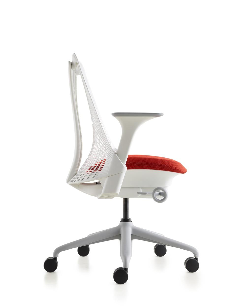 Versjon med Fog base, Studio white ramme og rødt stoff i setet.
