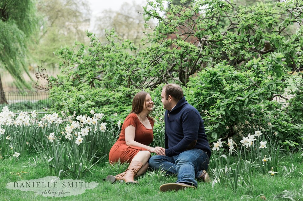 couple sitting in London Park