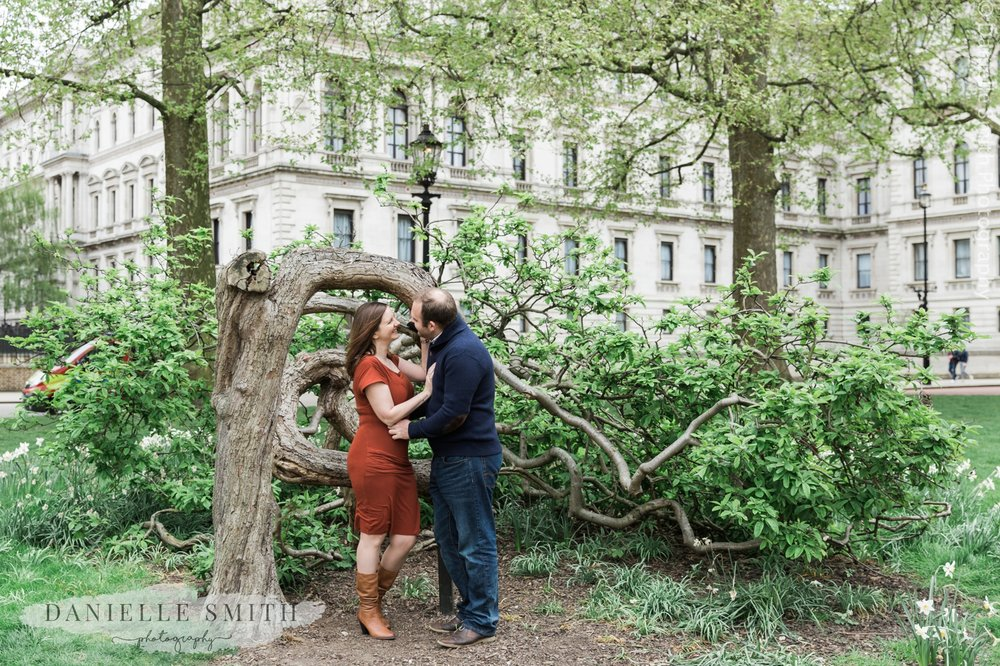 couple standing by tree - st james park pre-wedding photography