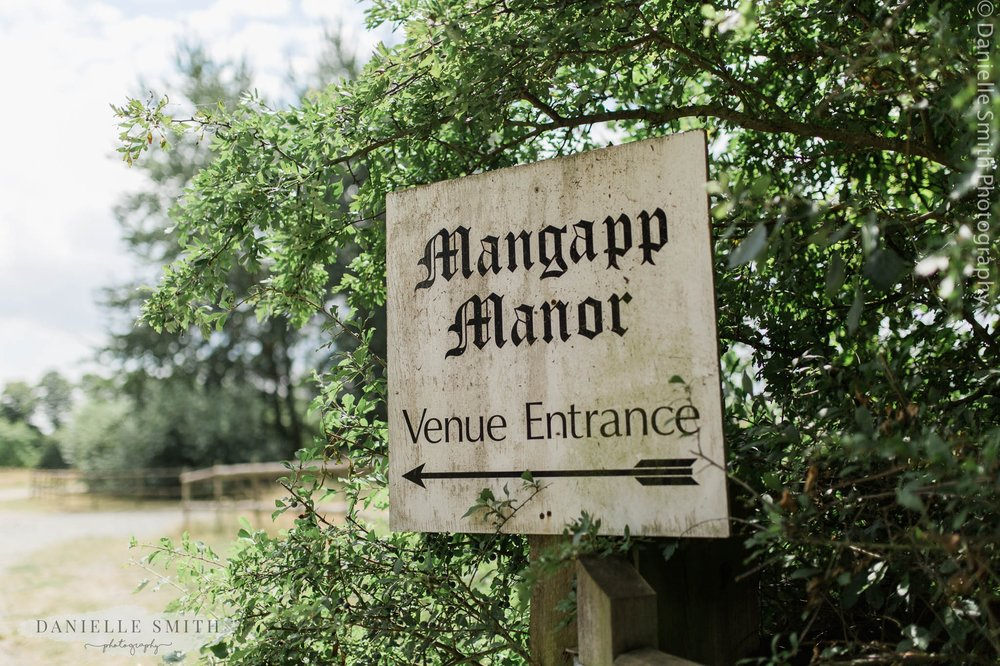 mangapp manor sign