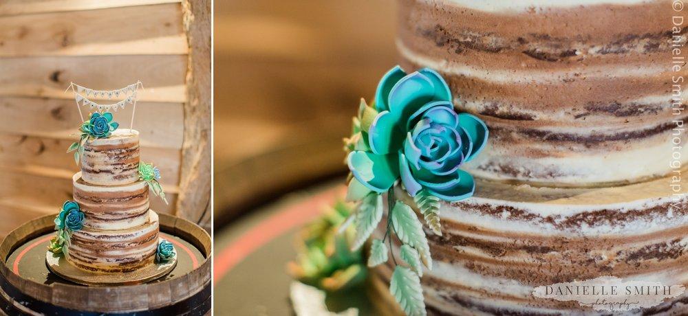 naked cake blue flowers
