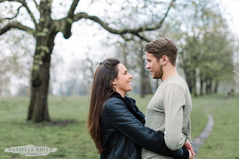 couple hugging in kensington gardens