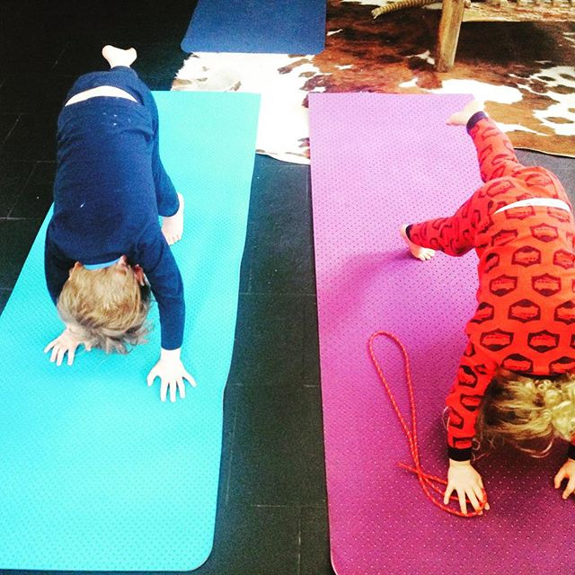 How many mats can you fit in your chalet? A little stretch before or after your ski? Book here #physiointhemountains #physioval #skistretch #skiphysio #skiexercises #valdisere #meribel #tignes #courchevel