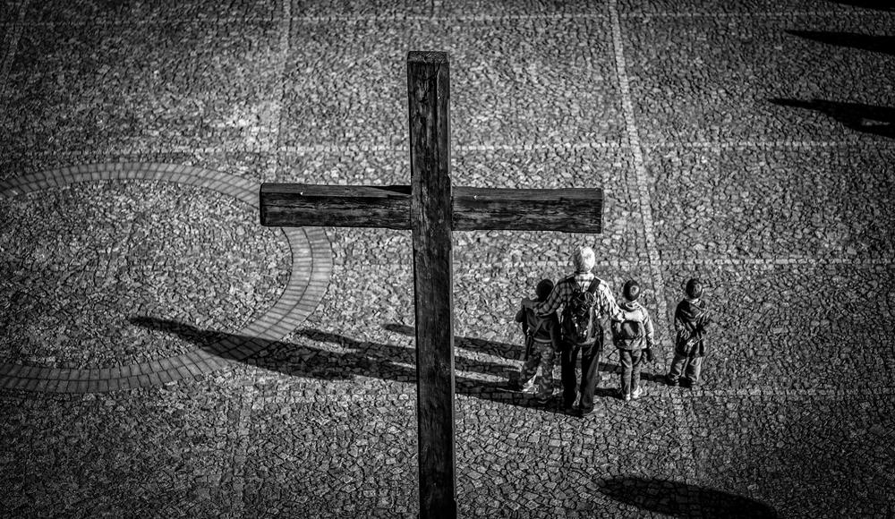 Krzyż u podnóża Kopca