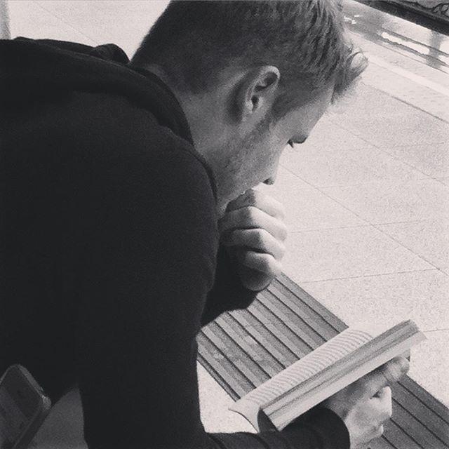 """""""Prisionero del cielo"""" Carlos Ruiz Zafón.  #lectura #lectores #paper #creativity #artwork #project #metro #people #gentequelee #gentefeliz #street #photography #thepicoftheday #instabook #instagram #instadaily #libros #quotes #culturainquieta #travelgram #reader #ruizzafon #bestsellers #booklover #booktuber #bookaddict #nice #love #cute"""