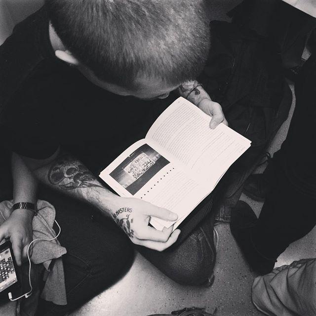 """""""Guerras justas e injustas"""" Michael Walzer.  #tattoo #happy #beautiful #igers #artwork #street #style #smile #amazing #libros #lectores #gentefeliz #gentequelee #reader #revolucion #politica #izquierdas #metro #streerstyle #leamonos #letras #lectura"""
