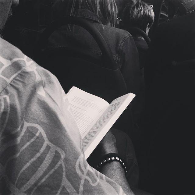 """Lo que yo creo"" Hans Küng.  #teología #creencias #hanskung #religion  #blackandwhite #mentescultas #madridmemola #instaphoto #beauty #thepicoftheday #instadaily #instaphoto #streetart #streetphotography #art #artwork #artistic #foto #leer #leamonos #lectoresinfinitos #lengua #lectoresdemetro #reading #bookstagram"