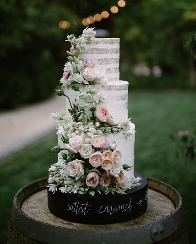 Talk about knowing how to look good naked. This minimalist, stripped down style has us all hot and bothered. 🍰by @kneadtomake 📷 @amywinninghamphoto #nakedcakes #inthebuff #teamworkmakesthedreamwork #oaklandweddingplanner #campovidawedding #campovida #weddingcakeinspo #weddingsca
