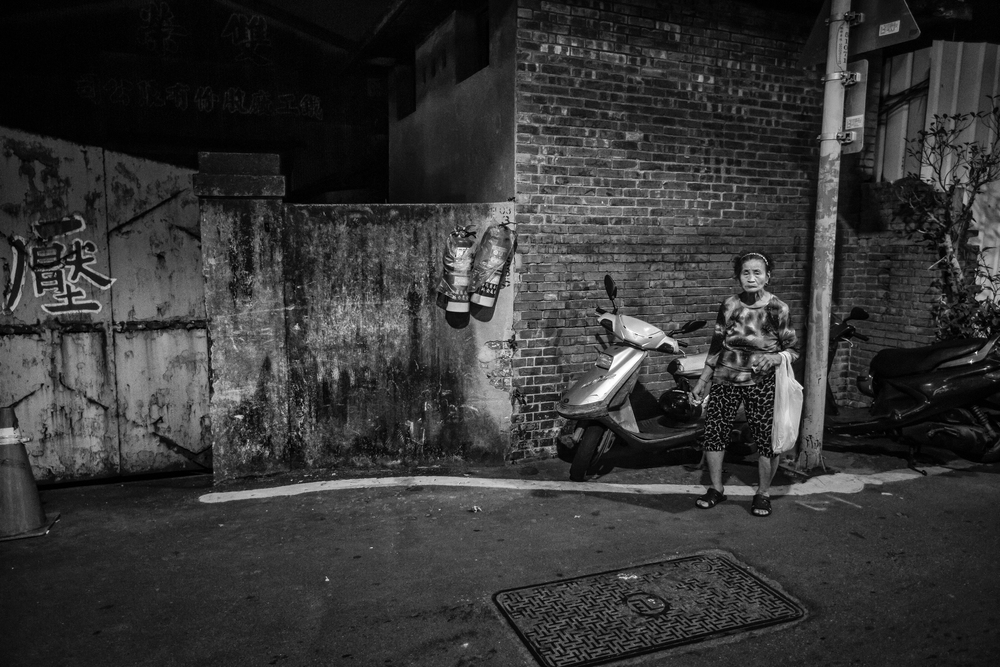 An elderly Taiwanese lady in a back alley near Xinzhuang Temple Street (新莊廟街附近的小巷子裏遇到的阿媽)