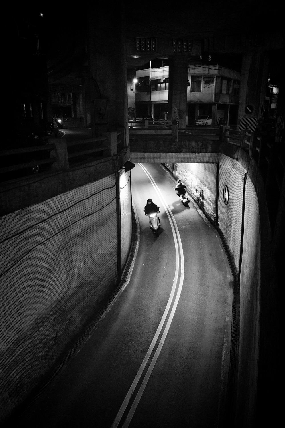 Scooter traffic through an underpass near Zhongli Train Station (中壢車站附近的地下道)