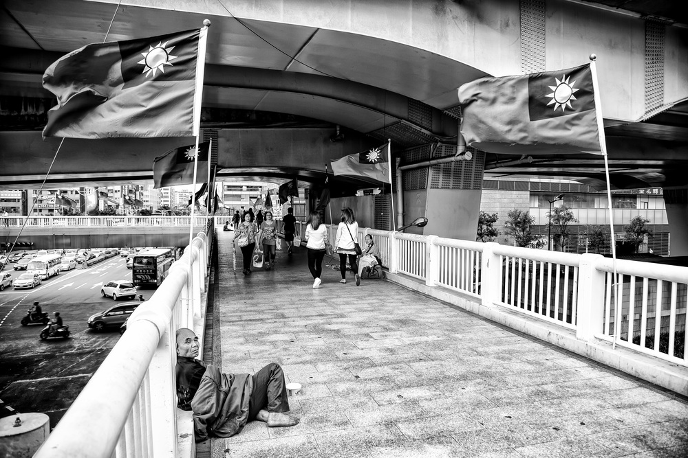 A homeless man on a pedestrian bridge near Taipei Train Station (台北車站旁)