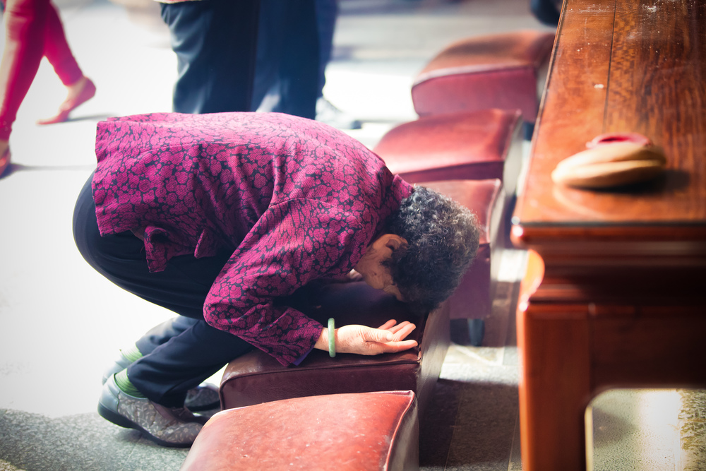 Bowing after praying.