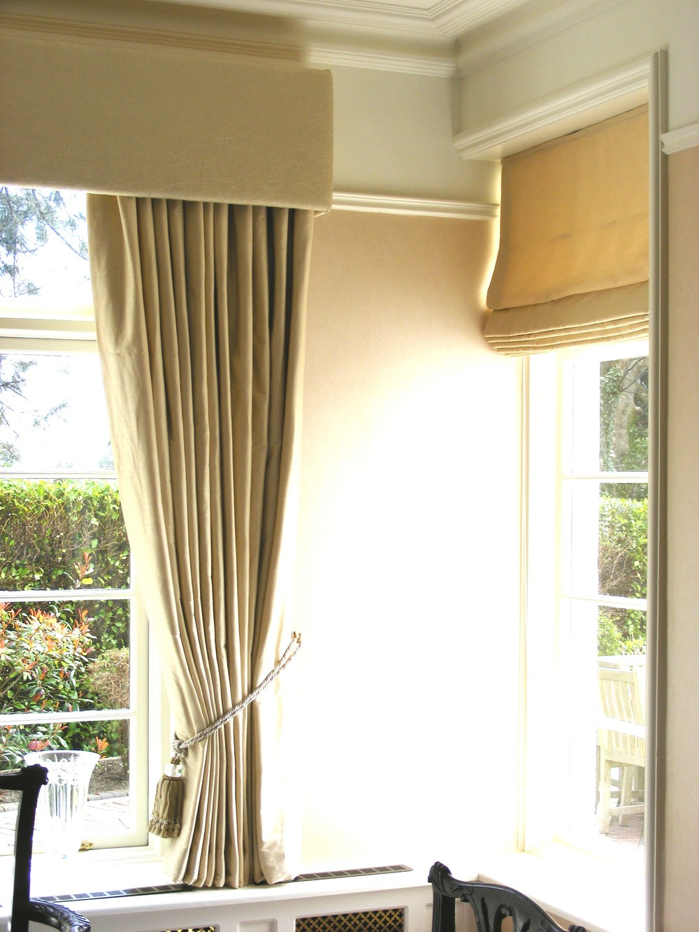 Straight pelmet with curtain and roman blind