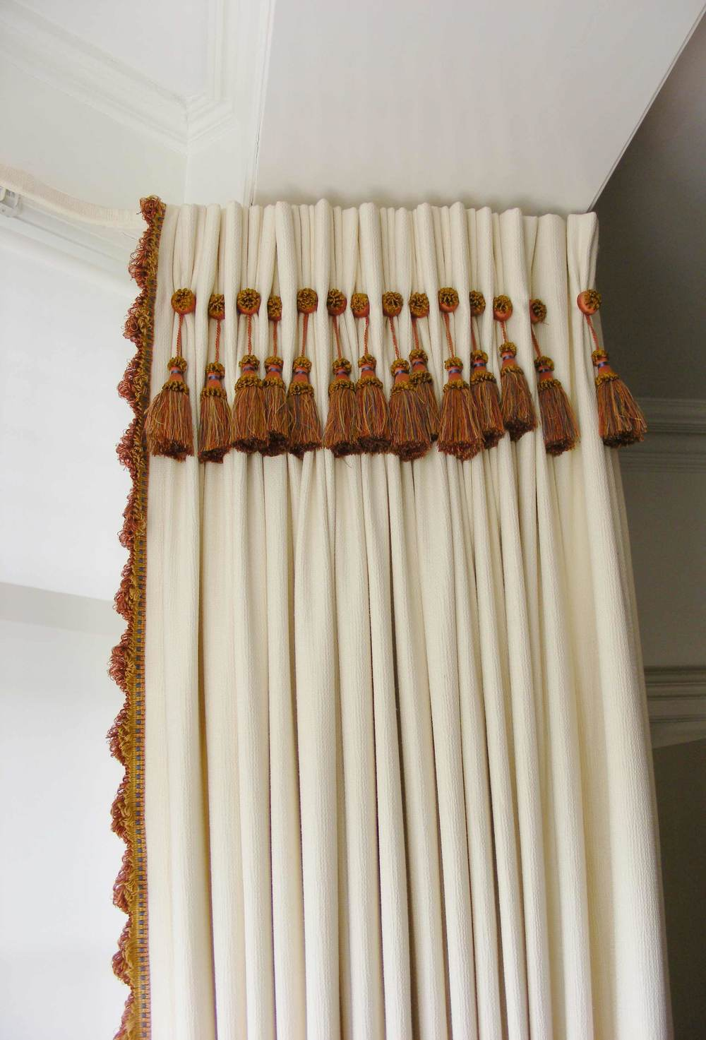 Fringe curtain on pullyrail