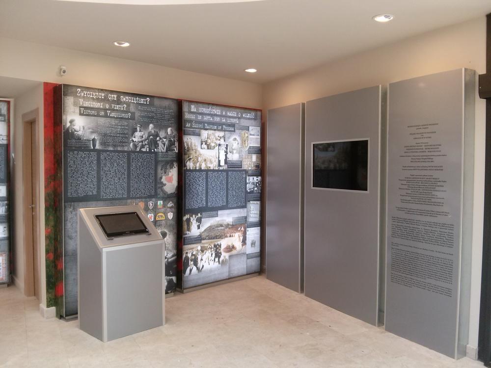 Centro Informazioni presso Cimitero Guerra Polacco a Montecassino.jpg