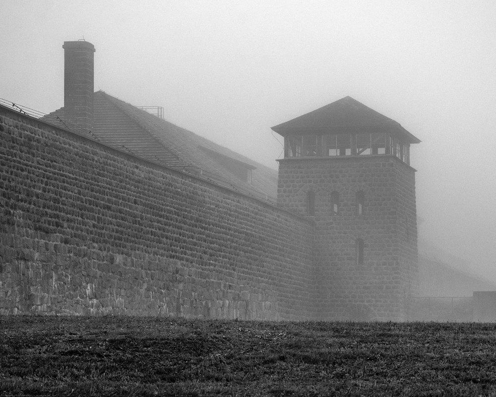 torre di guardia e camino forno crematorio Mauthausen-7882.jpg