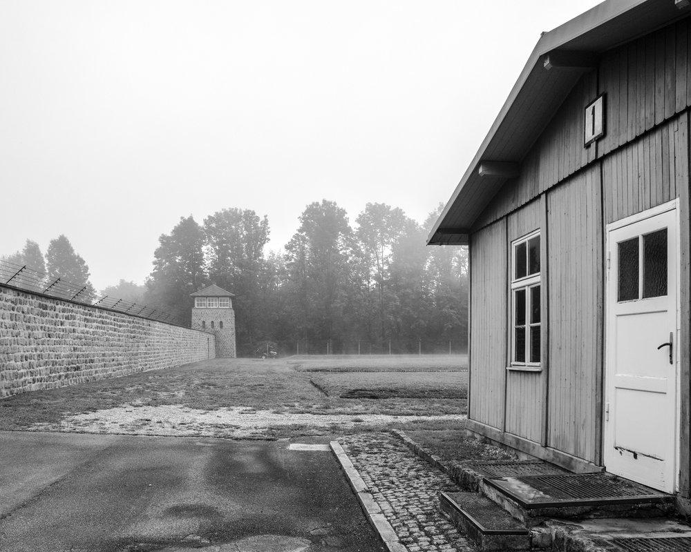 torretta di guardia e baracca campo concentramento Mauthausen-7920.jpg